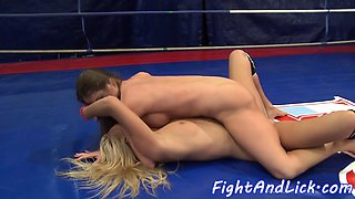 Wrestling dykes enjoy oral in a boxing ring
