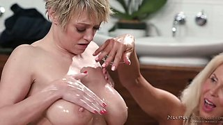 Big breasted cougar Erica Lauren knows how to wank strong oiled cock