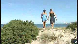 KINKY BEACH PISSING