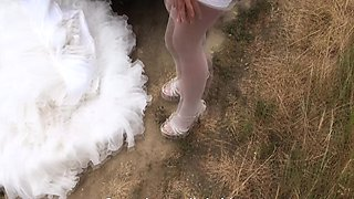 Hitchhiking bride drilled by her driver