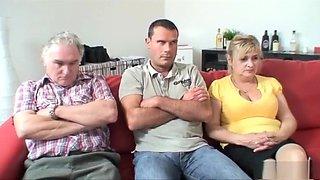 Een saai middagje tv kijken eindigt in een bloedgeile swingers sessie op de bank!