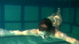 Redhead solo model teen showcasing her nice ass in the pool