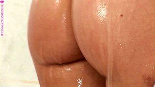 Lewd blonde Regina masturbates her pussy in the bathroom