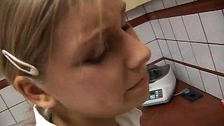 Jolie aide soignante blonde baise avec deux medecins murs