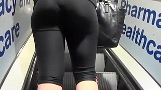 Sporty babe on her way to the gym