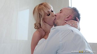 Joslyn James is ready to give a blowjob to her friend for a birthday