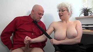 Blondasse soumet et branle son boss